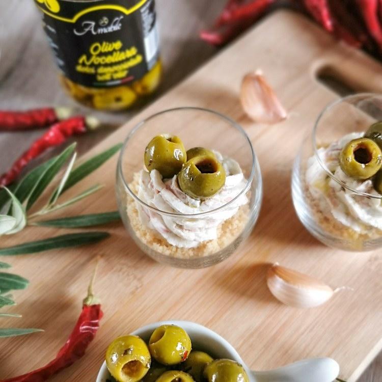 cheesecake salata in bicchiere, mortadella e olive